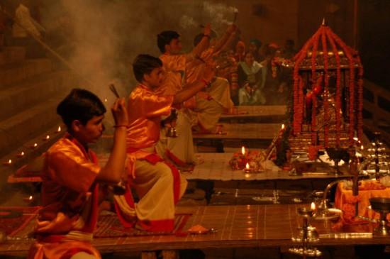 Felajánlás egy indiai templomban